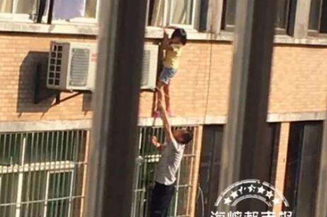 福州6岁女童悬挂3楼外 好心人只手托举几近虚脱