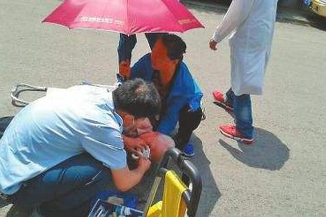 龙岩七旬老人跌倒横躺在马路中间 警民联手救助