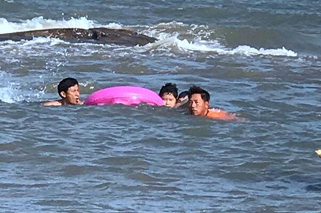 石狮红塔湾:2小时内13游客海中遇险 幸被及时救回