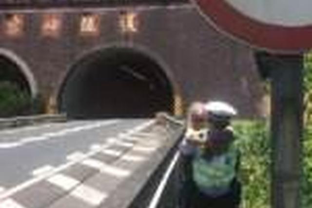福建南平百岁老人徒步上高速 被背出隧道