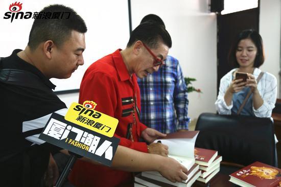 六小龄童在西游出版物上签名