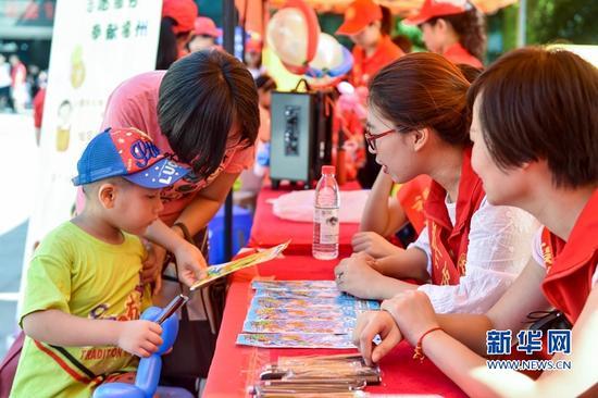 9月24日,福州市乌山小学党员志愿服务队的老师在与家长交流培养孩子专注力的方法。