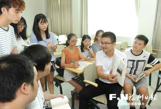 陈东(右二)在辅导学生。