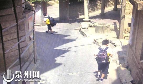 监控拍下两个孩子出走的情形