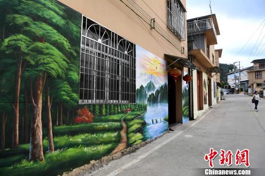 开源村中,一幅幅惟妙惟肖、栩栩如生的3D墙画将村落里的民居装扮一新。 张斌 摄