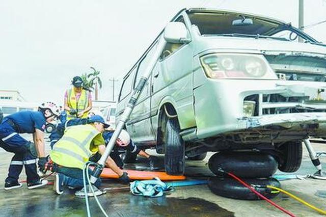 三分钟撑车五分钟拆门 救援队举行车辆事故救援演练