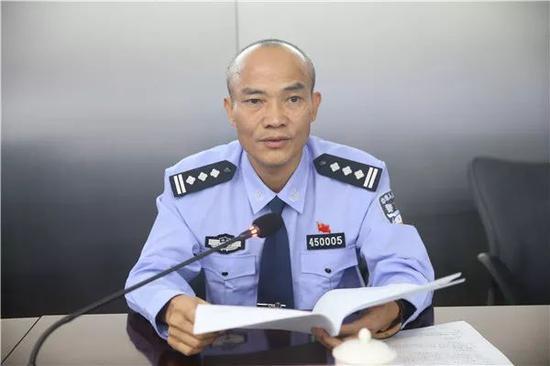中国公安警服_着警服,佩戴党徽,面对党旗,举起右拳,庄严宣誓:\