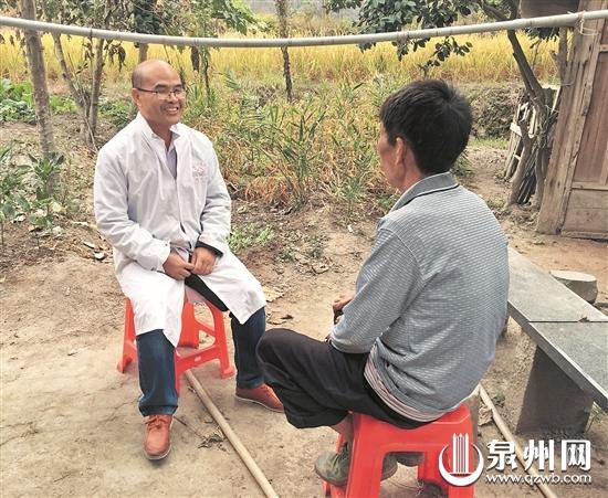李云华常常与麻风病人谈心交流