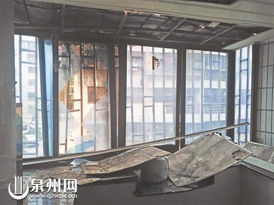 2楼居民家飘窗被砸坏
