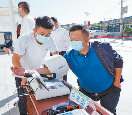 湖里区派驻的医疗团队定期为贫困户做健康检查。(本报记者 郭筱淳 摄)