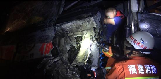 三明沙县:货车超车发生碰撞 消防救出2人