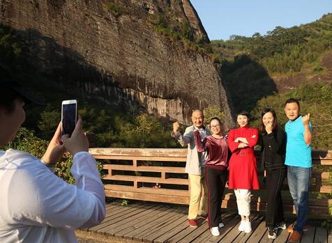 游人在武夷山景区茶洞