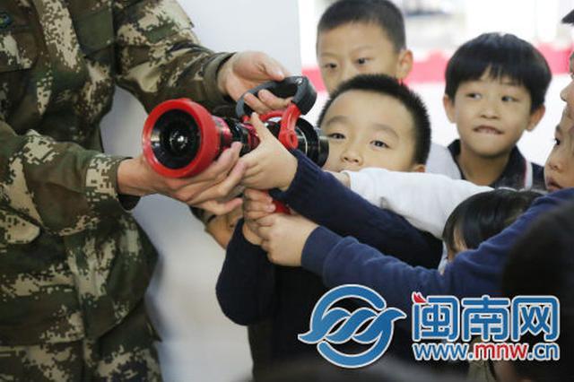 """漳州萌娃走进芗城区东岳消防站 变身""""小小消防员"""""""