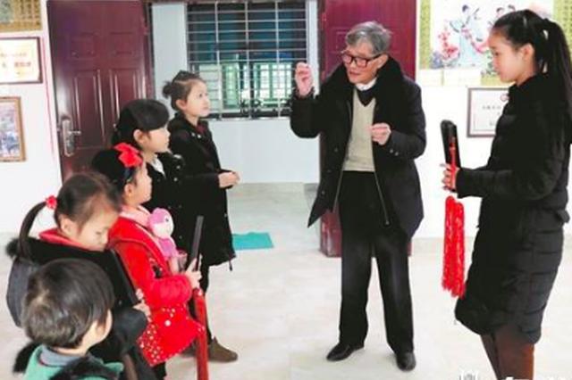 泉州七旬老翁情醉南音 义教义演二十多载