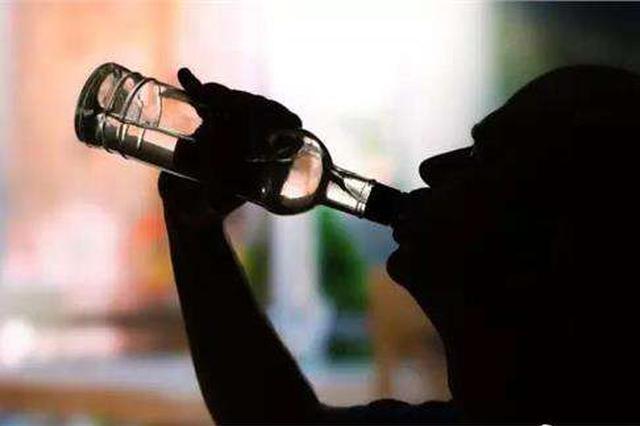 男子深夜喝酒唱歌扰民追砍民警 自称:我得癌症我怕谁