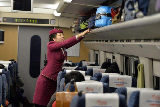 """厦门""""偷包""""乌龙:华侨热心帮同行人取行李却错拿包"""