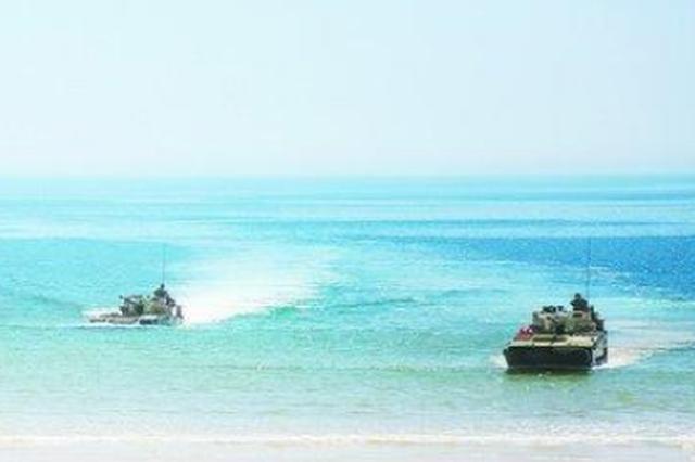 闽南一海域装甲尖兵抢滩登陆 开展两栖突击车海上训练
