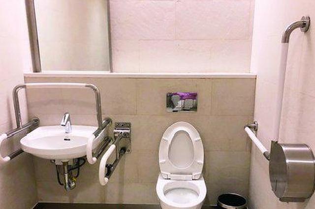 厦门公厕无障碍设施欠缺 老人外出如厕难