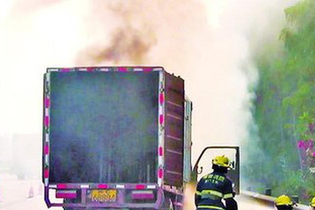 厦门往漳州方向货车高速路上行驶 发动机舱突然起火