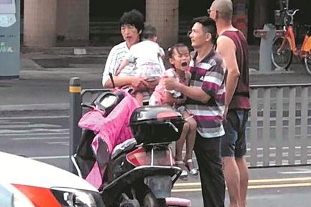 泉州:夺命斑马线再发车祸 祖孙三人骑车被车撞倒受伤