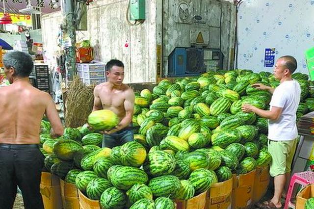 """""""高烤""""天来临 厦门批发市场一天卖瓜十万公斤"""