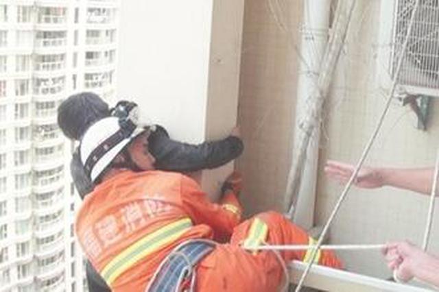 泉州14岁男孩欲跳楼 消防员16楼高空生死营救