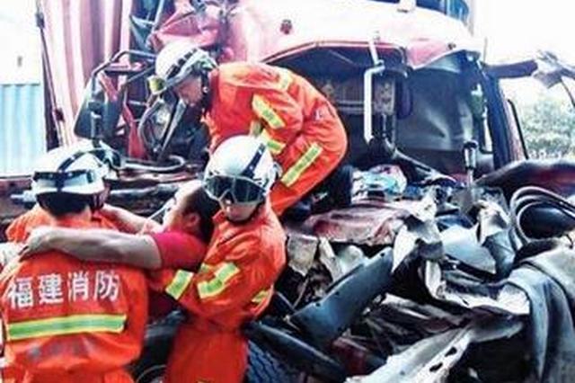 南安水头:司机低头点烟 追尾挂车致一死两伤