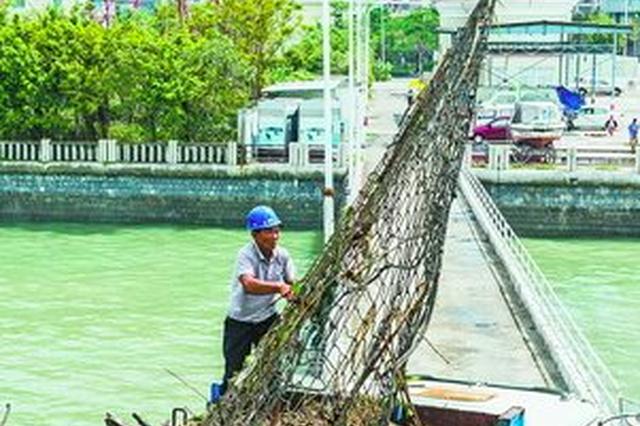 厦门海上环卫工作高科技产品登场  用无人机捞垃圾