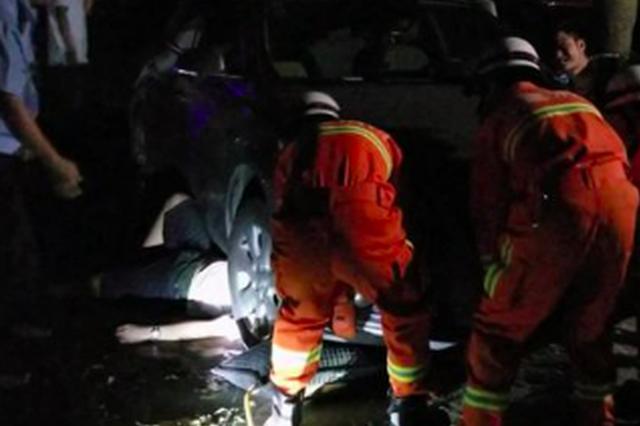 福州一醉汉卡在车底 消防用起重气垫将车辆撑起救人