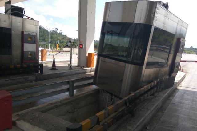 福诏高速漳州段一票亭,被牵引车撞出3米远