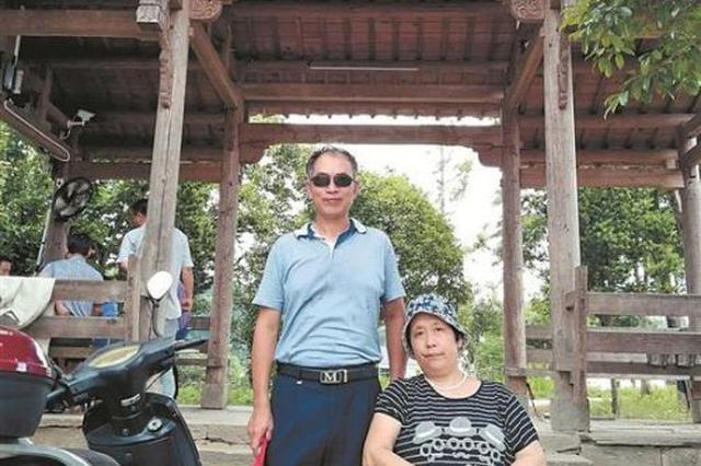 泉州:男子推轮椅 带患病妻子走遍天涯海角