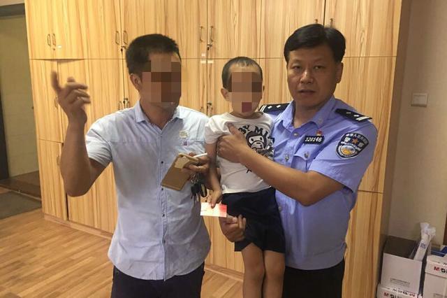 漳州一名5岁男童与家人走散,民警半小时找到家长