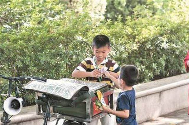 泉州十岁娃大街上独自卖冰棍 称赚了钱先孝敬父母