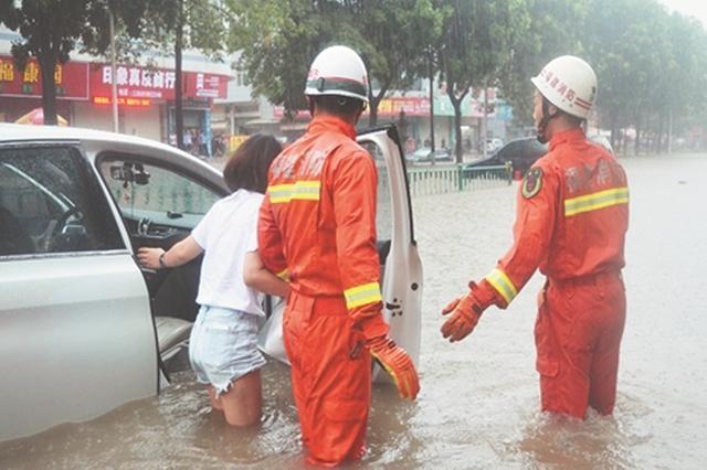 泉州多地突降暴雨多积水 消防战士解救被困小车