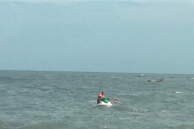 晋江义务救护队成功营救溺水游客 称台风天勿试险