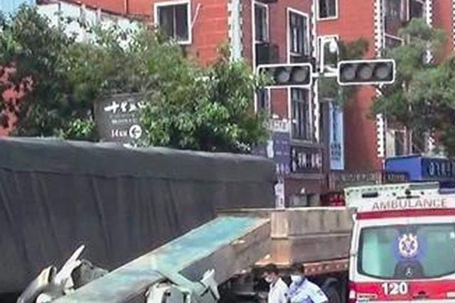 厦门:钢构件冲击压瘪半挂车驾驶室 司机无生命危险