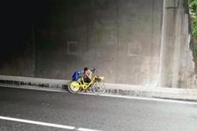 漳州:15岁男孩在高速隧道里哭泣 想回云南找妈妈