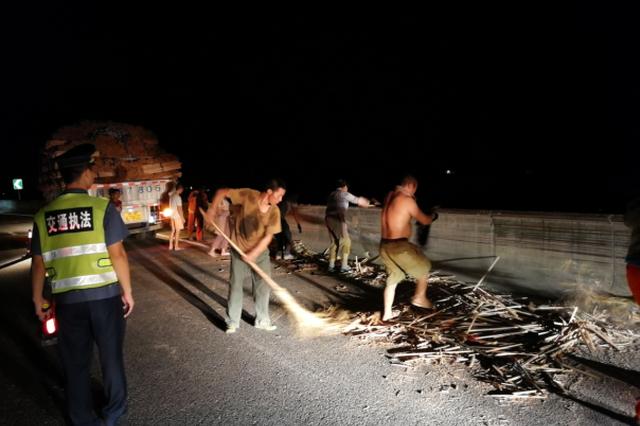 漳州:货车撞向护栏木棍散落高速,清理10小时