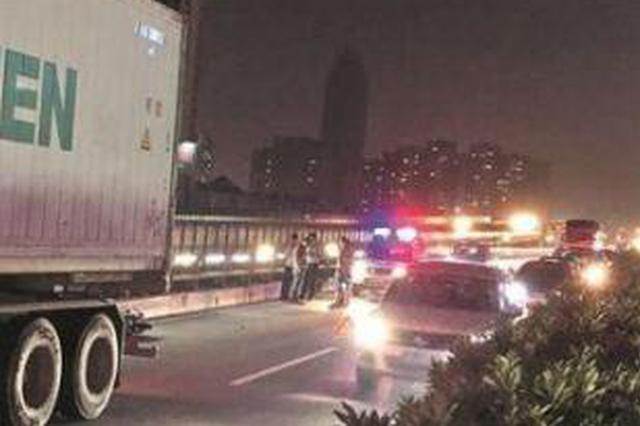 泉州一高架桥发生车祸 电动车和大货车剐蹭车主身亡