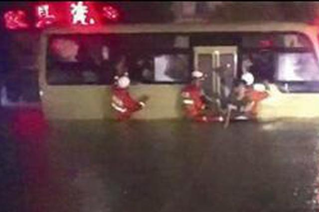 暴雨突袭漳州有车辆被淹有人被困 消防紧急救援