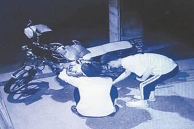 泉州:没钱加油男子凌晨路边偷油 车主看监控抓现行