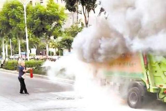 烈火突现眼前 厦门多位公交司机及路人挺身而出灭火