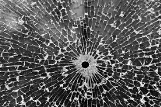 福州骑车男闯红灯差点撞小车 反倒踹破车玻璃逃走