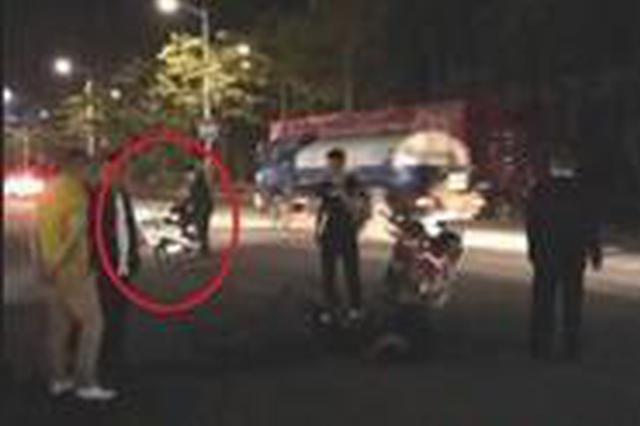 漳州:两车相撞伤者倒地不起 西装男横车路中保护伤者