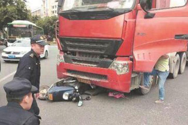 泉州:电动车卷入罐车被推行二三十米 爷孙俩惊险逃生
