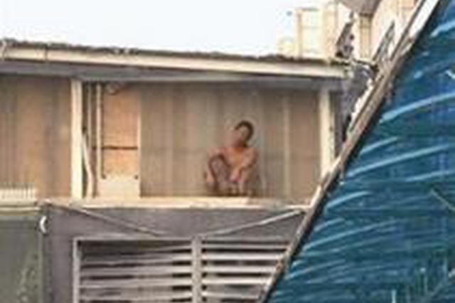 厦门:内裤男在码头墙角摇摇欲坠 民警成功救援