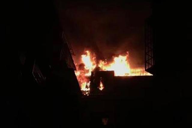 厦门东浦路一居民楼火光冲天 1小时后火势被扑灭