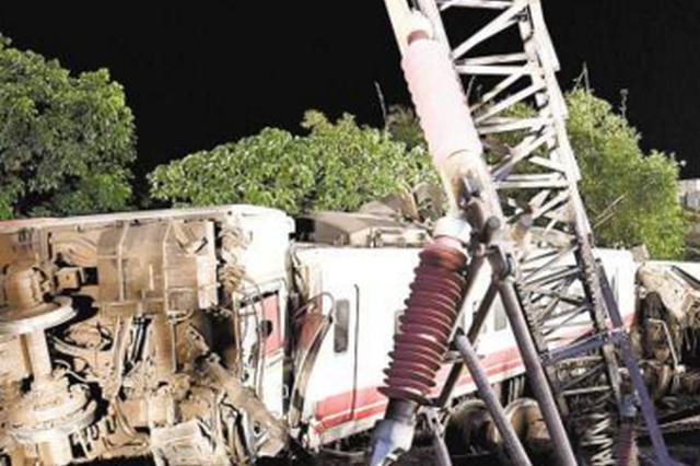 台湾列车出轨翻覆18人死亡 台铁37年来最严重事故