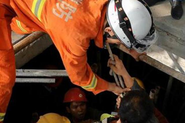 福州一工人墜入10米深電梯井 消防員成功將其救出