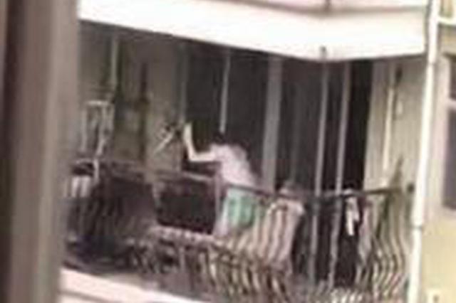 廈門:陽臺上傳出小狗凄厲哀叫 觀察十天拍下虐狗視頻